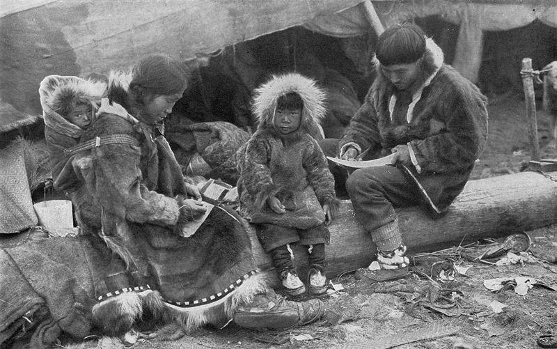 800px-Eskimo_Family_NGM-v31-p564