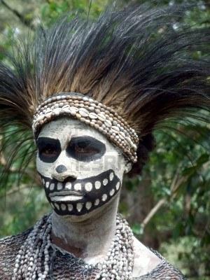 11786134-papouasie-nouvelle-guinee--16-septembre-la-femme-se-prepare-pour-la-danse-squelette-a-goroka-tribal-