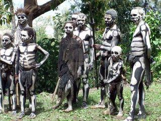 11786139-papouasie-nouvelle-guinee--16-septembre-un-groupe-d-39-enfants-et-les-adultes-a-se-preparer-pour-la-