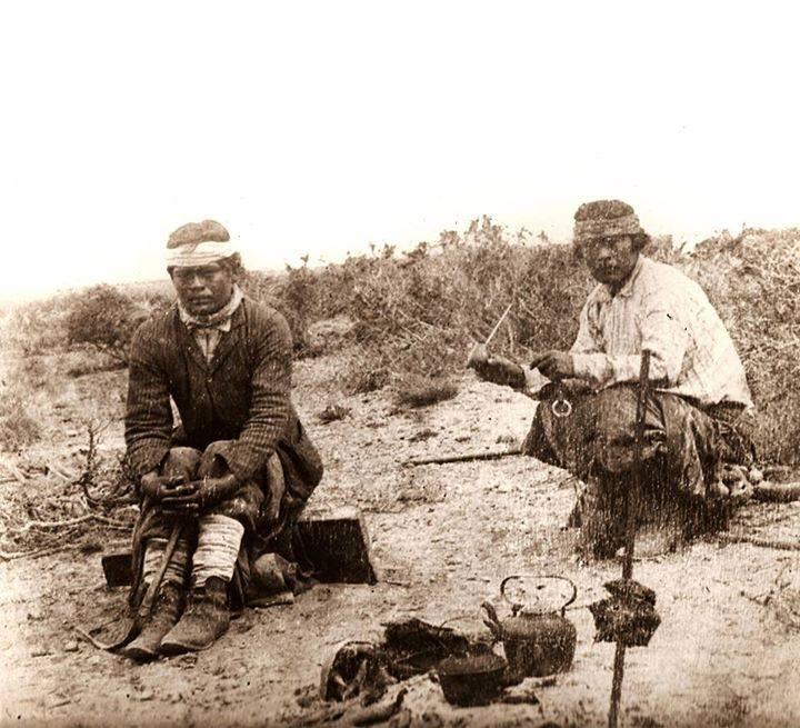 Mapuches-tomando-mate-en-la-pampa-mientras-se-asa-la-carne1890