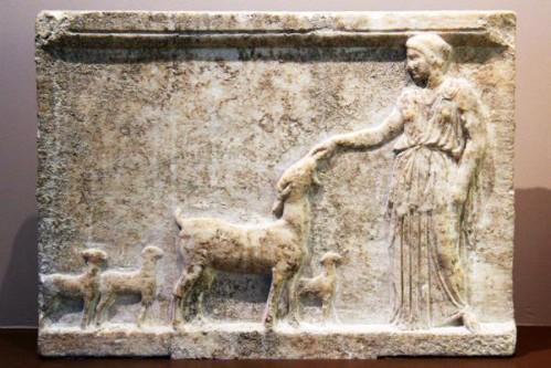 763c3-Musee-de-Vravrona--Brauron---Artemis-et-sa-biche