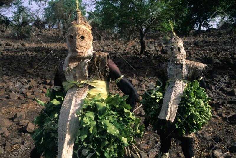 11906092-S-N-GAL-La-r-gion-de-Tambacounda-Pays-Bassari-Bedik-Village-de-Iwol-Bedik-masque-esprits-de-la-for-t-Banque-d'images