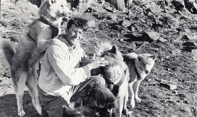 Ao--t-1951_Jean-Malaurie-se-separe-de-ses-onze-chiens-de-traineau_Depart-affectueux_opt