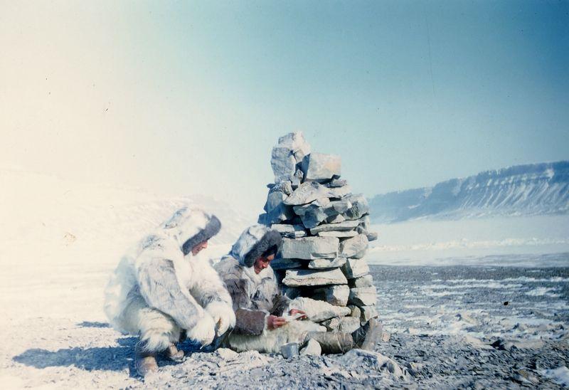 Fjord Cass, terre de washington, mzi 1951. cairn réalisé par Jean Malaurie et Kustsikitsoq