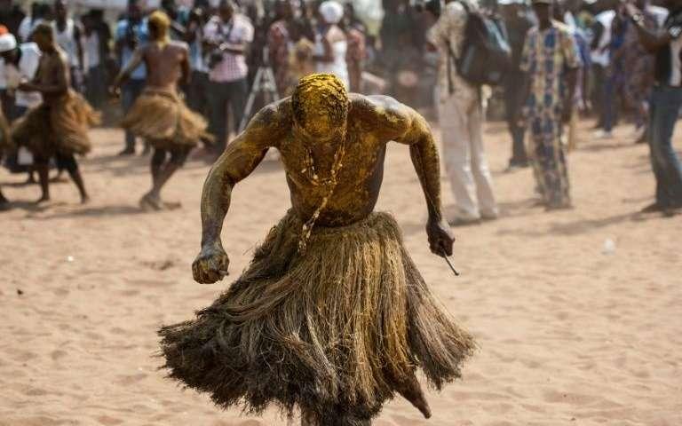 Un-initie-du-culte-vaudou-sur-la-plage-de-ouidah-lors-d-un-pelerinage-annuel-le-10-janvier-2017-au-benin