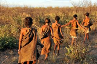 De-bosjesmannen-de-kalahari-verlaten-47474946