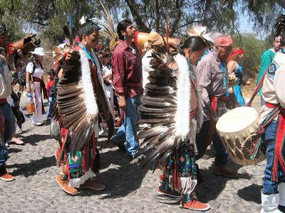 Hopi_dancers_in_teotihuacan_sm
